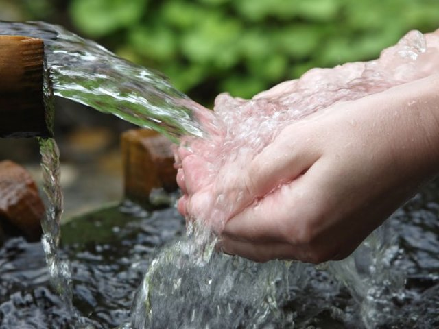 Минеральная вода для почек: виды, полезные свойства и лечение