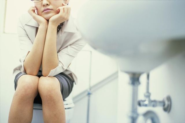Затрудненное мочеиспускание у женщин: причины, симптомы, лечение, профилактика