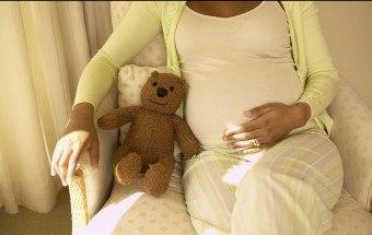 Подтекание мочи при беременности на поздних сроках: причины, симптомы, лечение